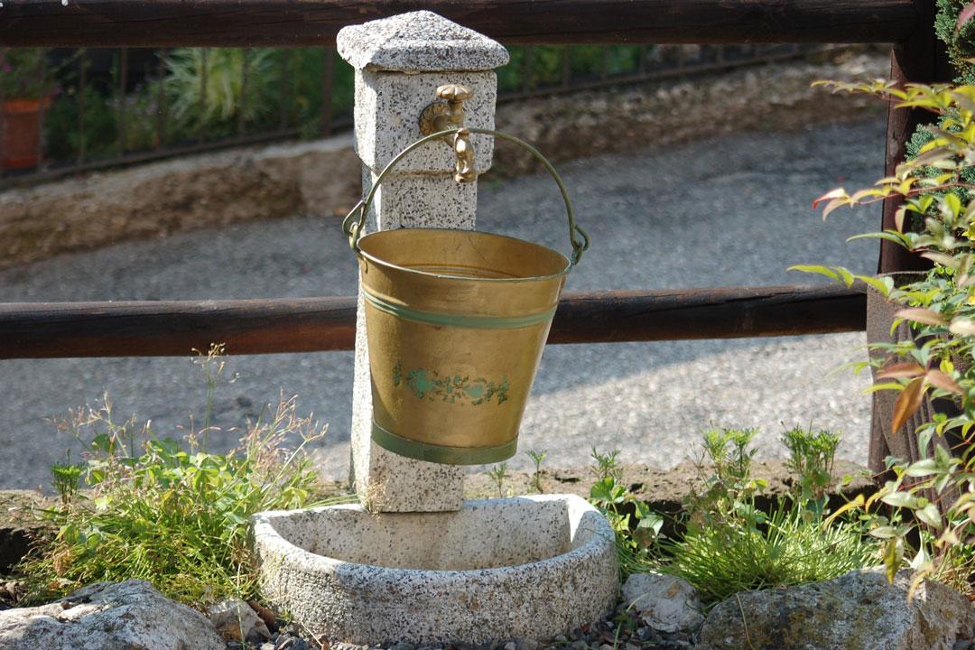 Wasserhahn im Freien zum Pflanzen giessen und pflegen.