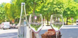 Tisch im Strassen-Restaurant bei Hitze