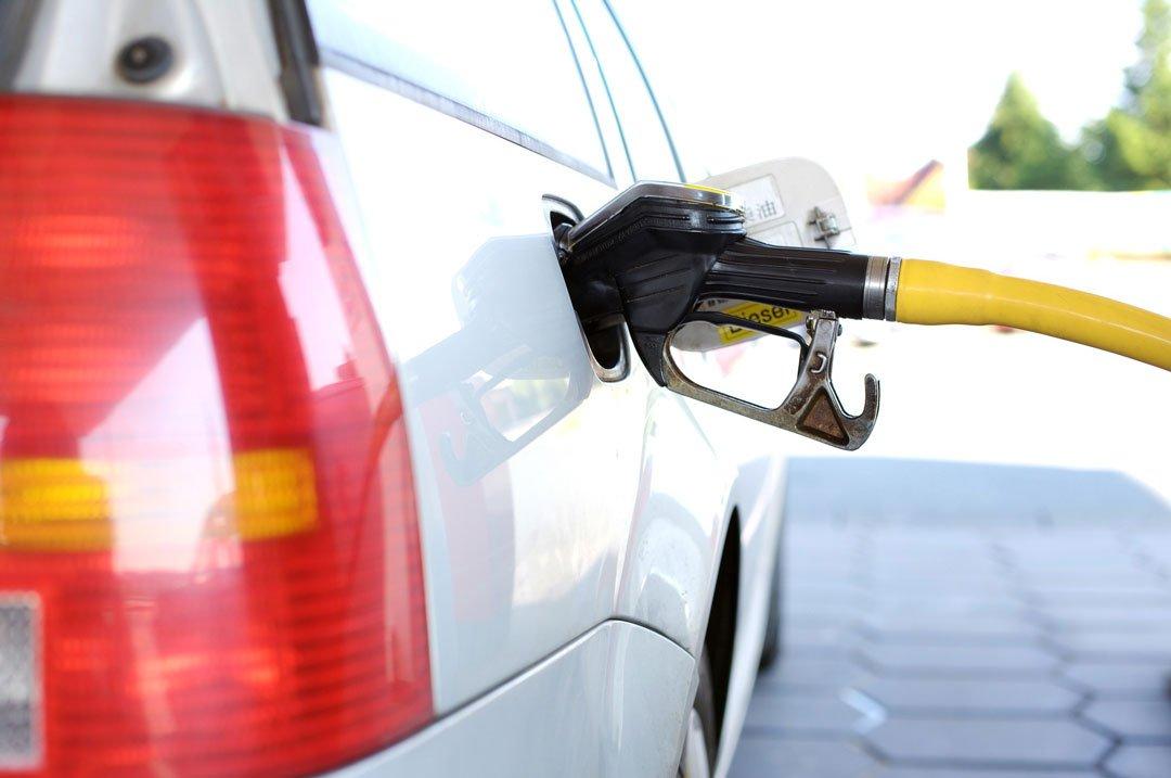 Fahrzueg wird an Tankstelle mit Treibstoff betankt