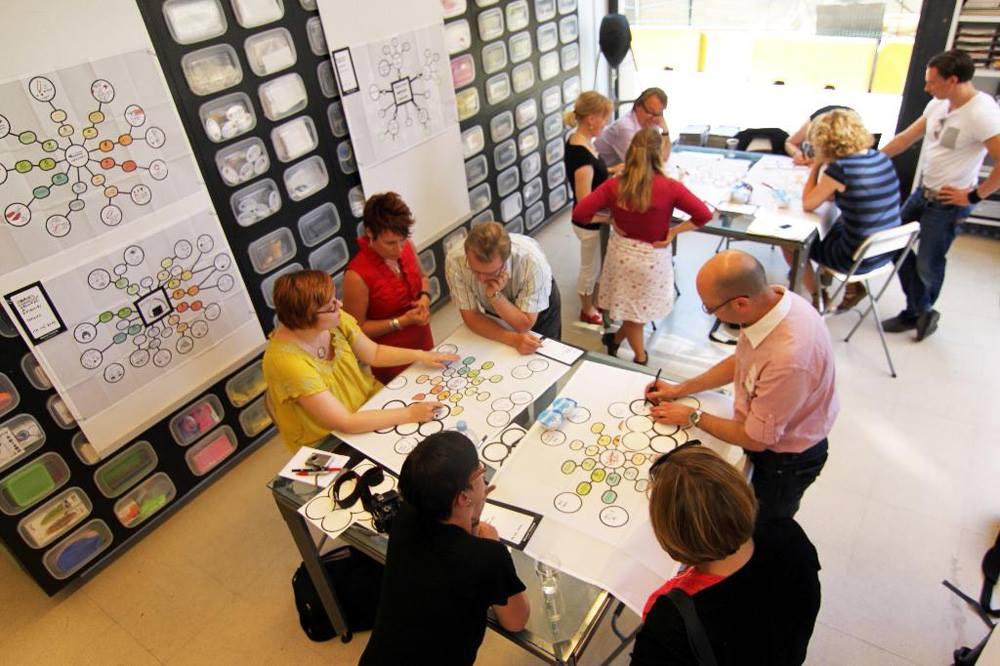Gruppenarbeit am Arbeitsplatz um die Kreativität zu steigern