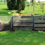 Drei Kompostbehälter im Garten