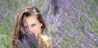 Junge Frau hält ein Bund Lavendel in der Hand