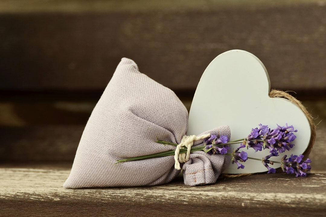 Hellfarbenes Herz mit Lavendelstraus
