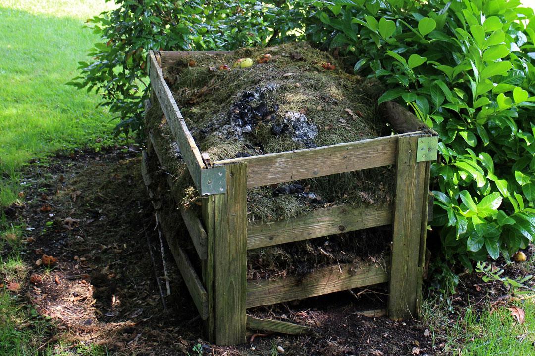 Offener Komposthaufen im Garten