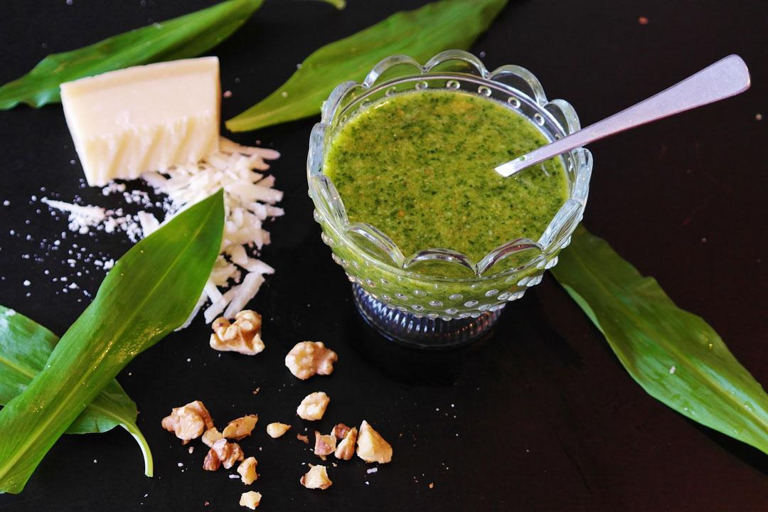 Bärlauch-Pesto mit Parmesan-Käse und Nüssen