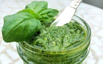 Selbst gemachtes Pesto im Einmachglas