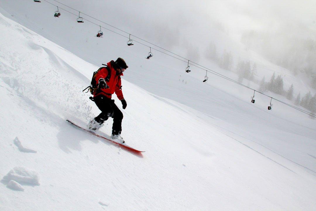 Snowborden lernen in den verschneiten Bergen