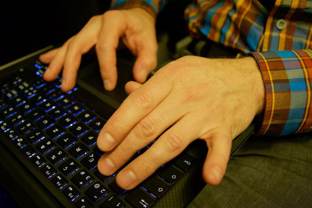 Ein Herr schreibt am Laptop eine E-Mail