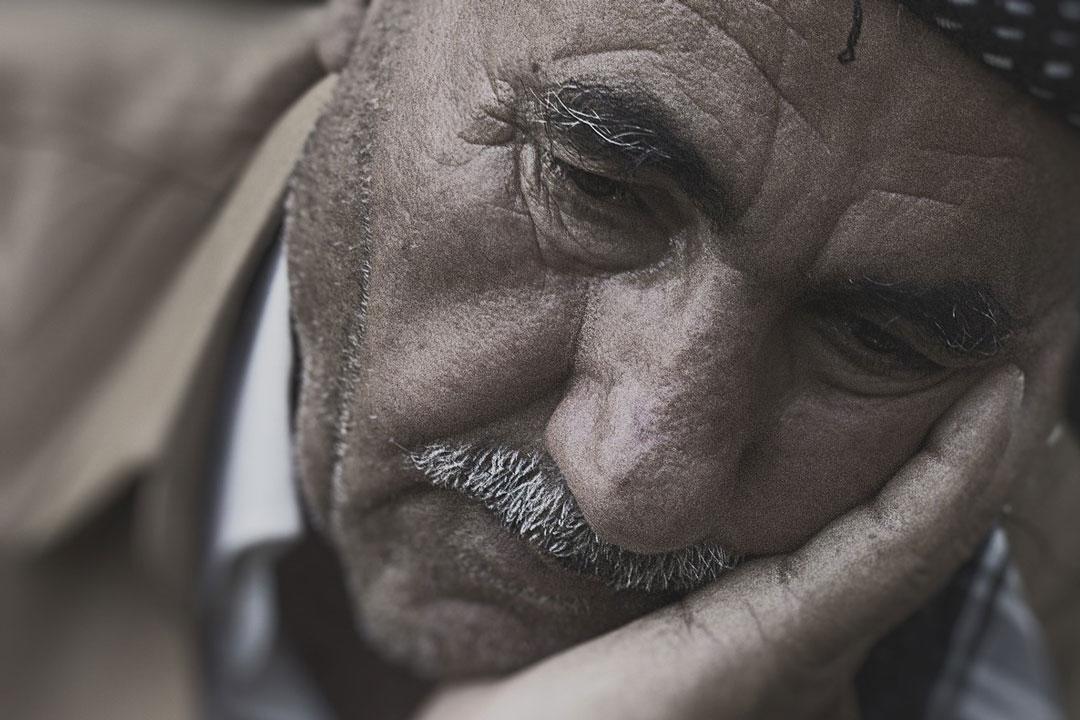 Ein Mann ist traurig und hat keine Freude mehr am Leben