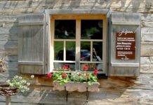 Front eines Hofladens mit regionalen Produkten vom Bauernhof