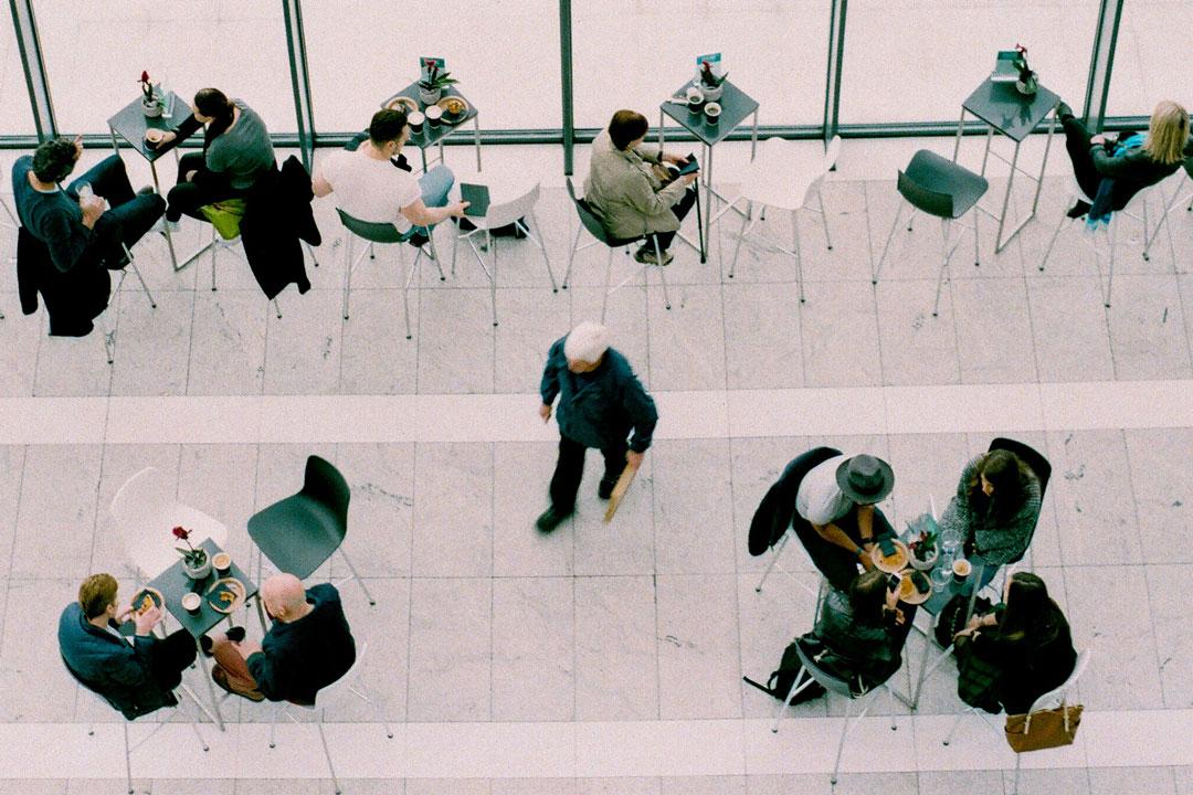 Menschen netzwerken in einem grossen Raum