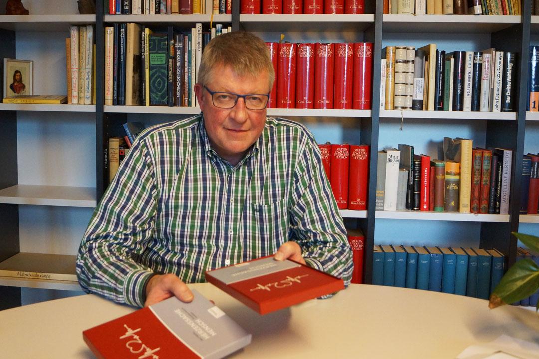 """Ralf Wuzel mit seinem Buch """"Herzenssache Mensch: Prävention braucht Strategie"""