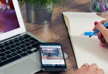 Eine Selbstständige arbeitet am Laptop vom Home Office aus