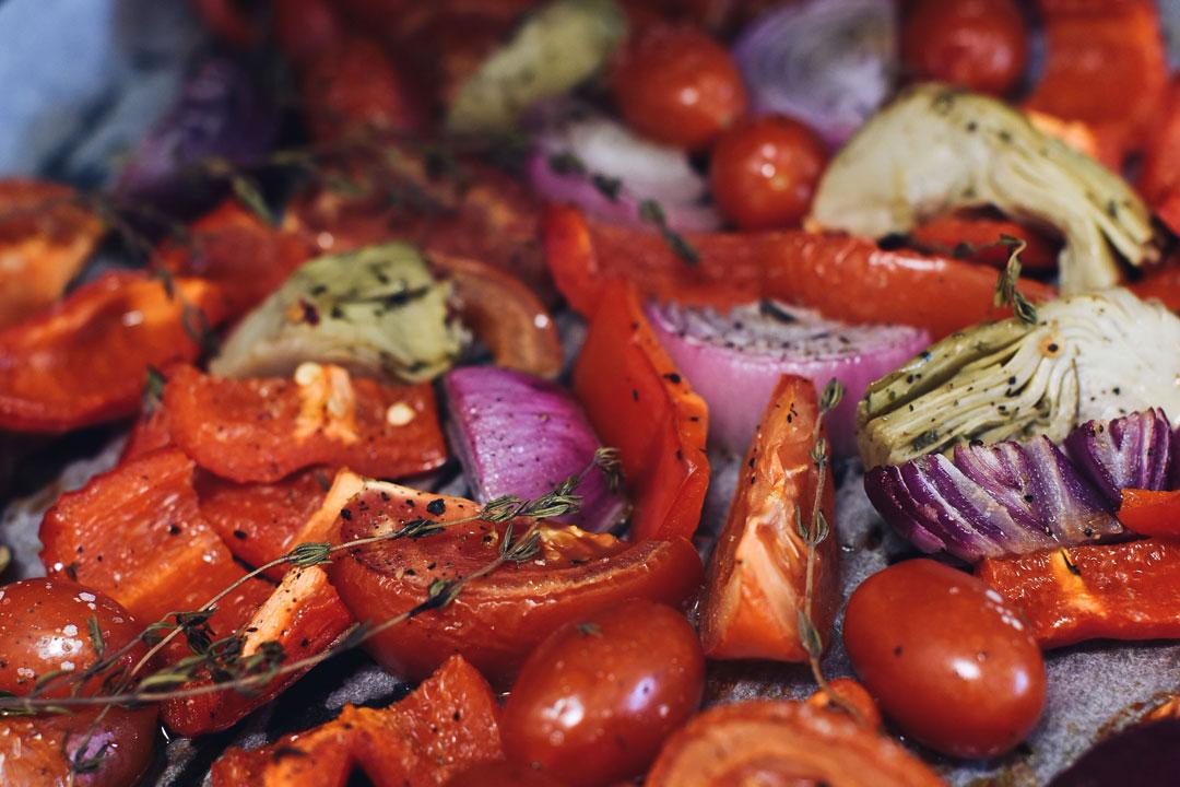 Antipasti auf einem Blech im Ofen