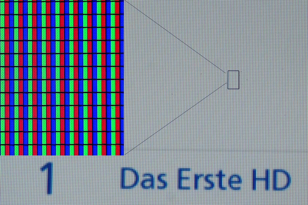 Im Bildschirm sieht man bei genauem Hinsehen die einzelnen LEDs. Entfernt man sich erscheint nur noch die Mischfarbe, hier grau.