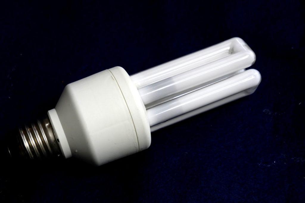 Die Energiesparlampe ist eine gefaltete Leuchtstoffröhre, in deren Sockel ein Vorschaltgerät eingebaut ist.