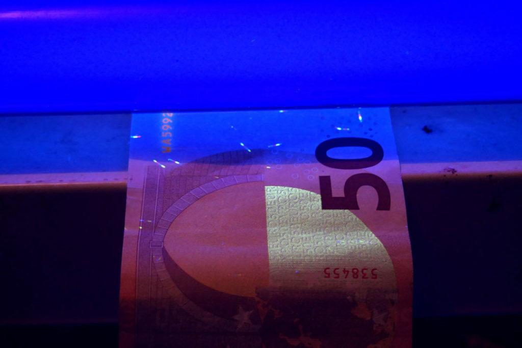 Sogenanntes Schwarzlicht wird zur Prüfung der Echtheit von Banknoten verwendet.