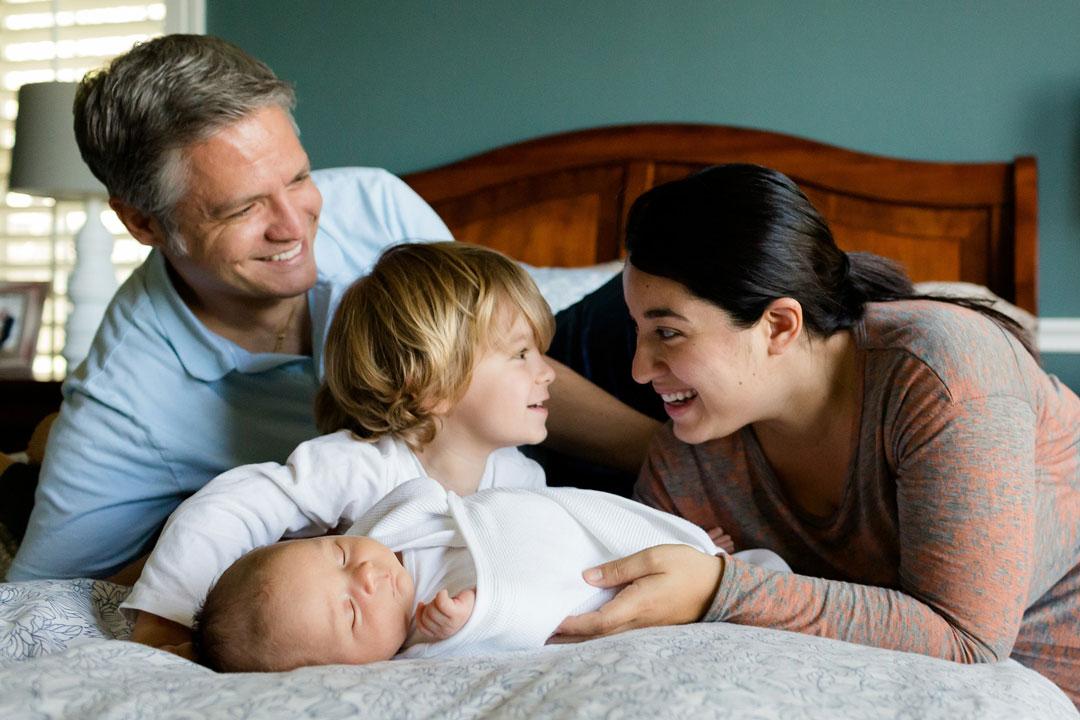 Eine Familie mit zwei Kindern glücklich auf dem Bett