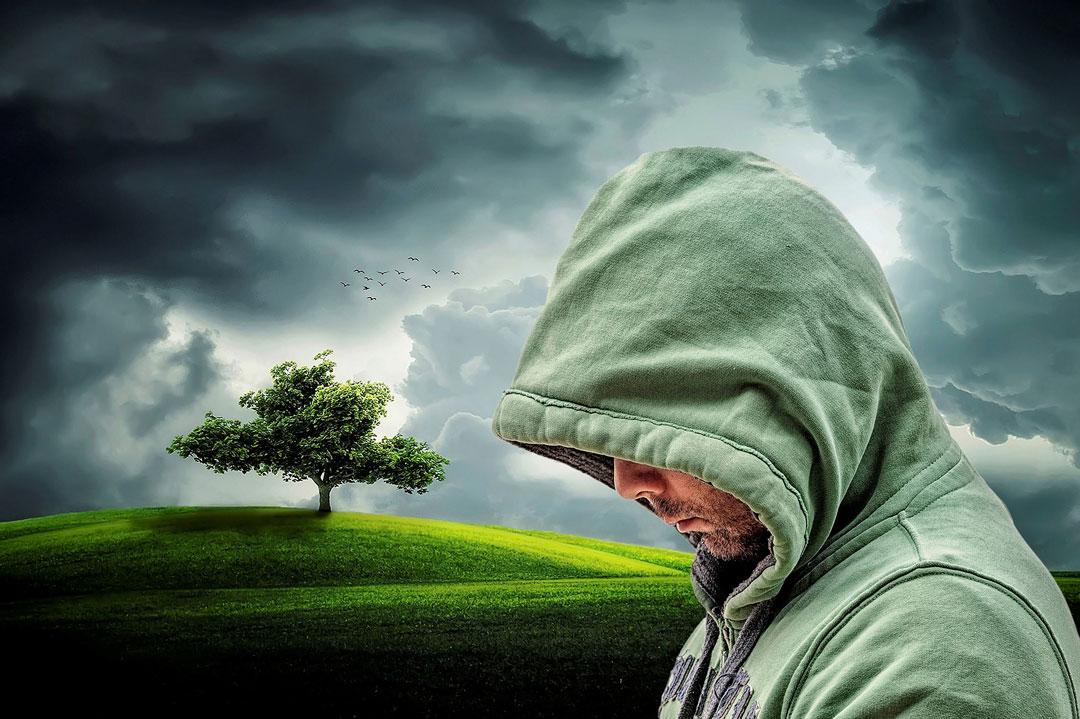 Ein Mann im Freien gezeichnet von innerer Leere und Selbstzweifel