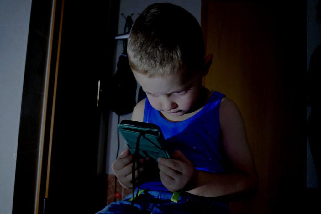 Zu nah, zu lang und das Umfeld zu dunkel: Kinder mit dem Smartphone.