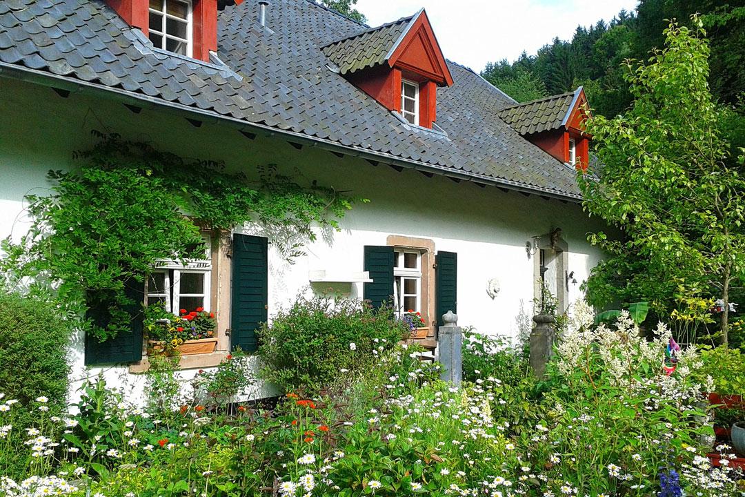 Schönes Zuhause auf dem Land mit Garten