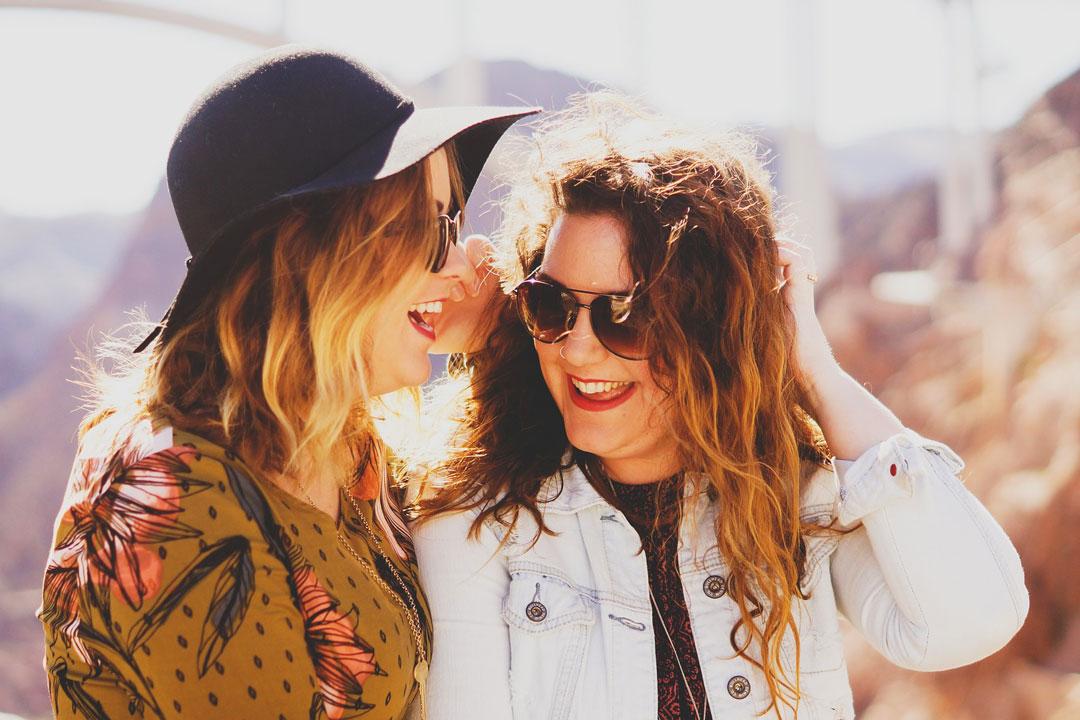 Zwei Frauen unterstützen sich im gemeinsamen Vorhaben