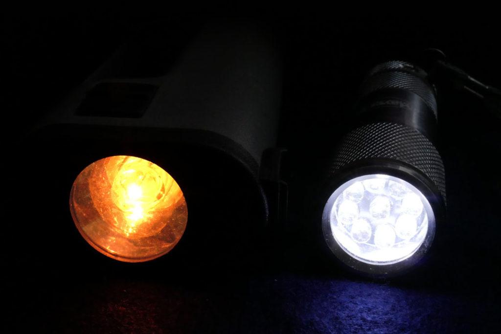 Deutlich sieht man die gelbliche Farbe der Glühlampe im Gegensatz zur LED-Taschenlampe (rechts).
