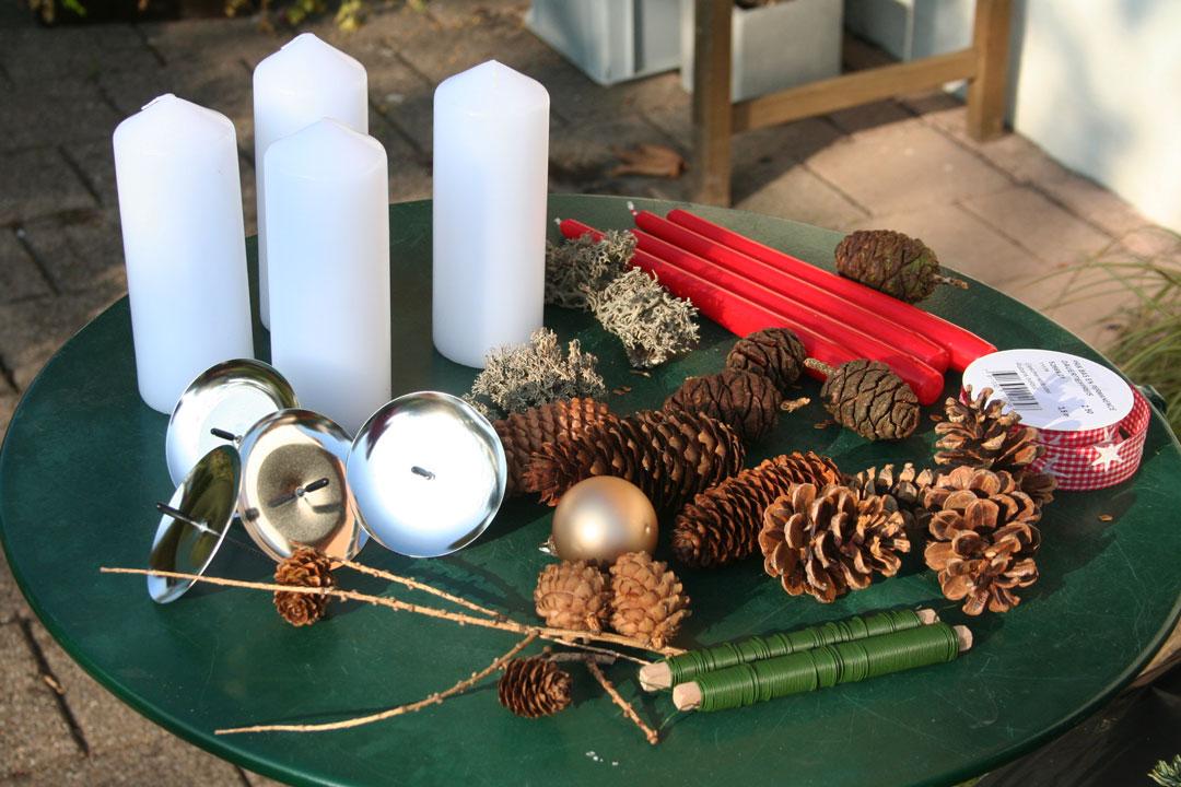 Einige Dekomaterialien die für die Herstellung des Adventskranzes verwendet werden können.