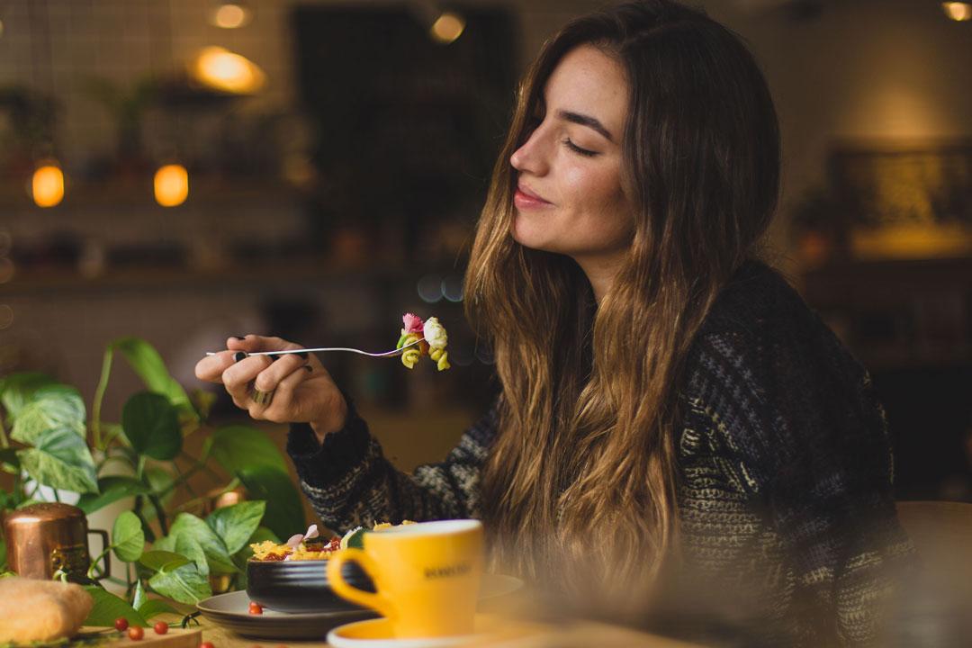 Nehmen wir längere Zeit sehr wenig Kalorien zu uns, verlangsamt sich unser Stoffwechsel. Der Energieverbrauch des Körpers wird dabeistark reduziert und es kommt zu einem Gewichtsstillstand.