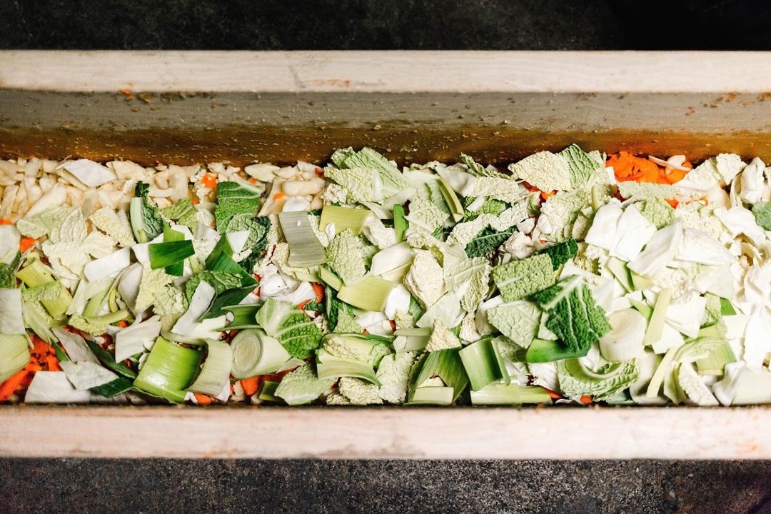 Im Herbst werden die Zutaten gewaschen, geputzt und zerkleinert, um dann in Holztrögen gestopft - also gehackt - zu werden.