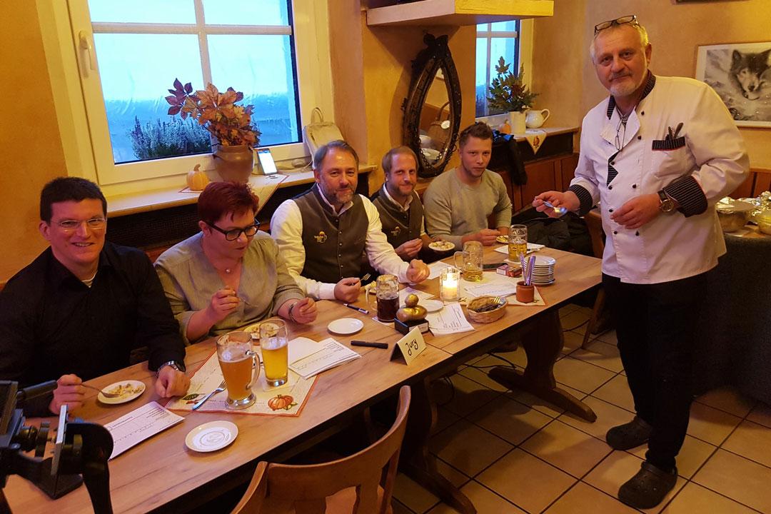 Nach 26 Kartoffelsalaten stand der Gewinner fest! Jan Riemann ist 1. Hofer Kartoffelsalat-König! Wolfsschlucht-Wirt Wolfgang und den Rest der Jury