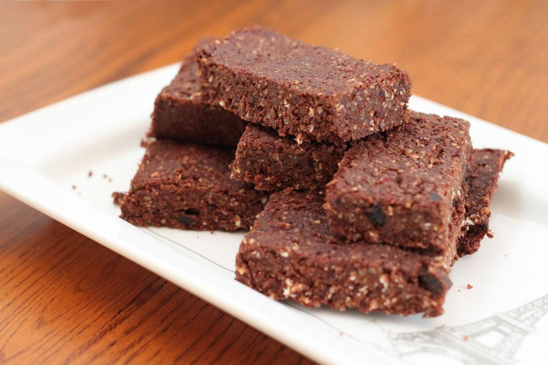 Kakao-Brownies mit 1 Süßkartoffel, 100 g Kokosöl, 4 EL Honig kaltgeschleudert, 1 Prise Vanille, 1 TL Weinstein-Backpulver, 2 EL Apfelmus, 1 EL Kokosmehl, 1 EL Mandelmehl, 5 EL roher Kakao