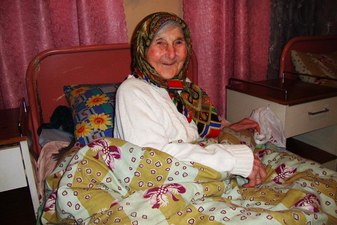 Eine Frau aus der Ukraine wurde mit neuem Bettzeug beschenkt.