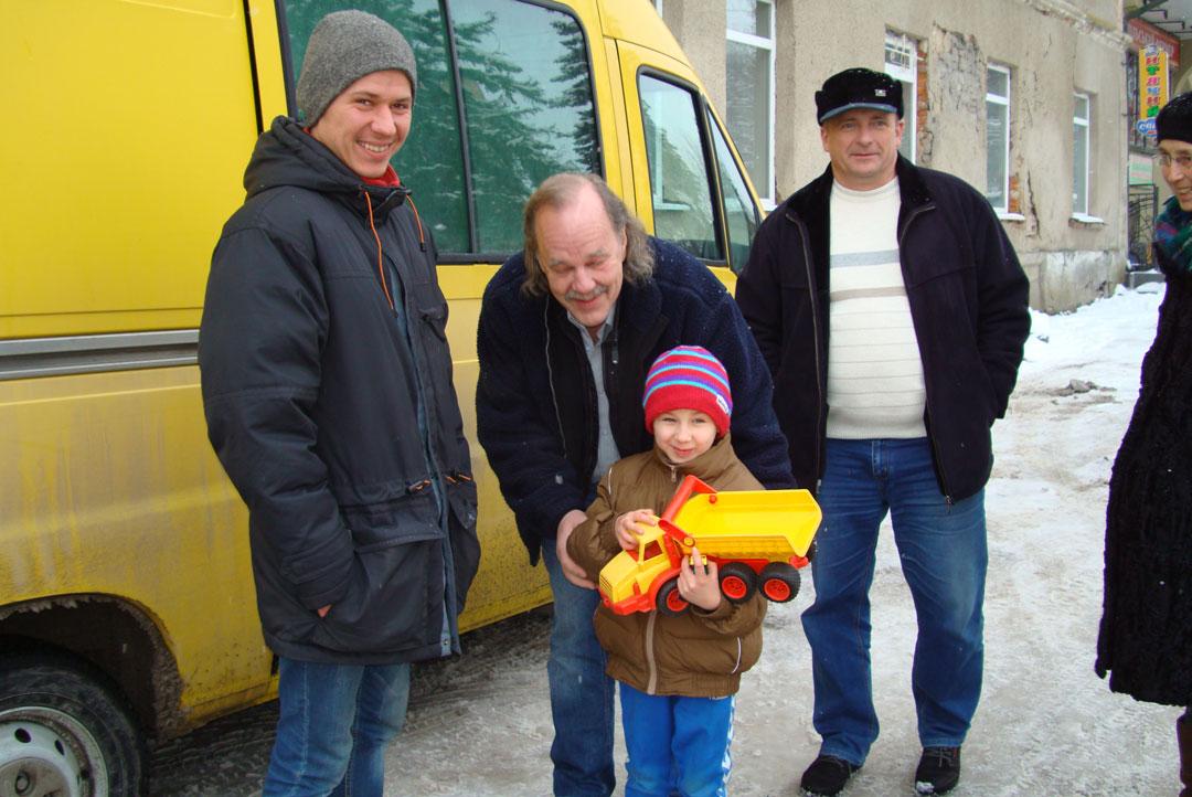 Ein Kind aus der Ukraine bekommt ein Spielzeug geschenkt