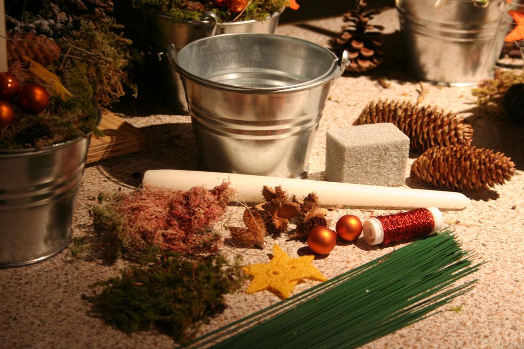 Diese Materialen benötigen Sie für das weihnachtliche Kerzengesteck.