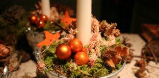 Ein weihnachtliches Kerzengesteck einfach selber herstellen