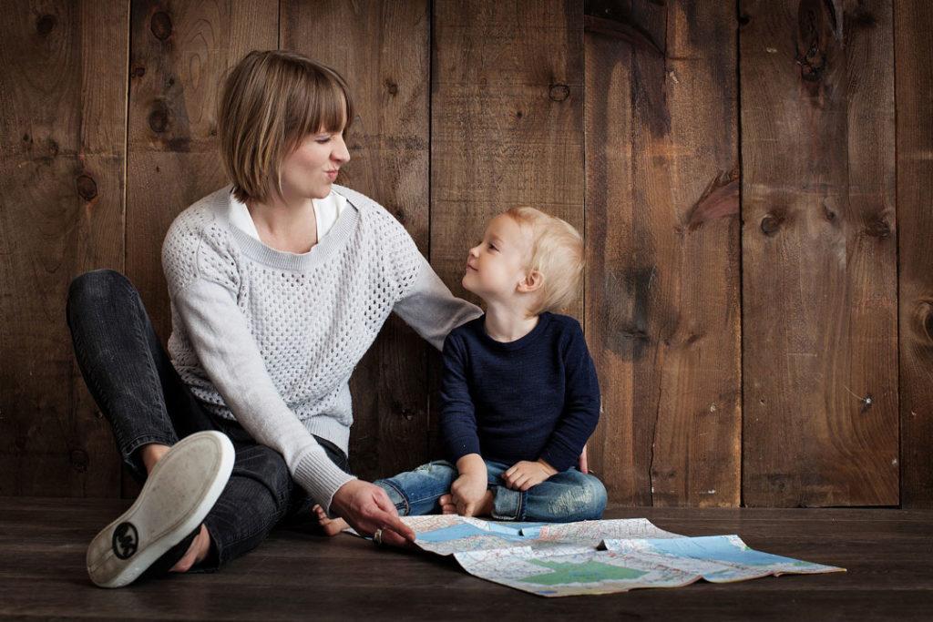 Mutter und Kind auf dem Fussboden
