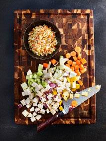 Das Mehl und den Senf zugeben, gut vermengen, mit Weißwein ablöschen, mit Brühe auffüllen, sorgfältig durchrühren und mit Deckel 5-8 Minuten köcheln lassen. Mit Meersalz, Pfeffer und Essig abschmecken. Die Nudeln garen und mit der Bolognese auf warmen Tellern anrichten, mit Parmesan und Kräutern ausdekorieren.