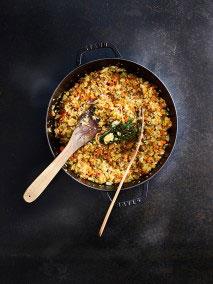 Das Öl in einen Topf geben und auf mittlerer Temperatur erhitzen und das Gemüse mit dem Kräuterstrauß darin 3-4 Minuten anschwitzen.