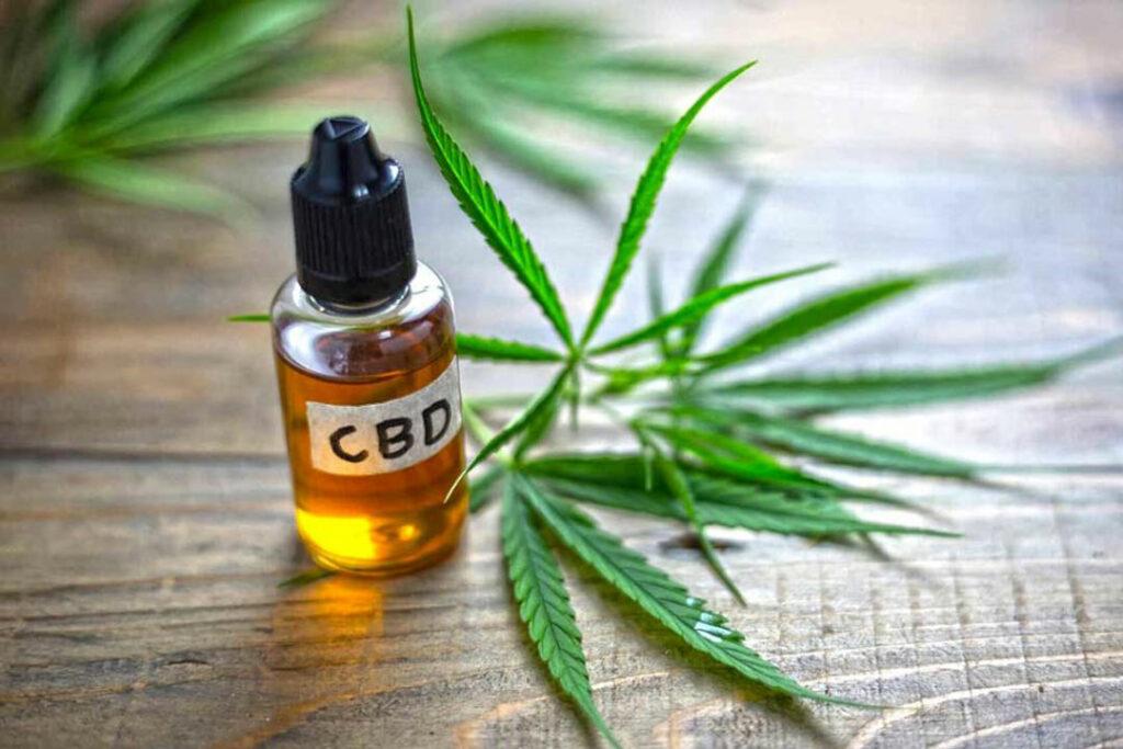 Fläschchen mit Cannabidiol (CBD-Öl)