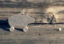Das Glücksschwein auf Räder symbolisiert, das Leben ist kein Ponyhof