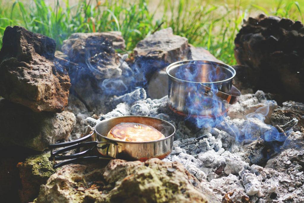 Kochen und backen auf offener Feuerstelle
