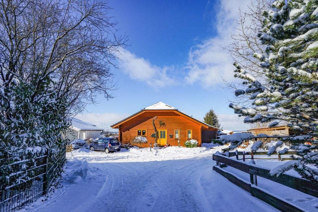 Ein schönes Holzhaus im Winter, doch das Leben ist kein Ponyhof