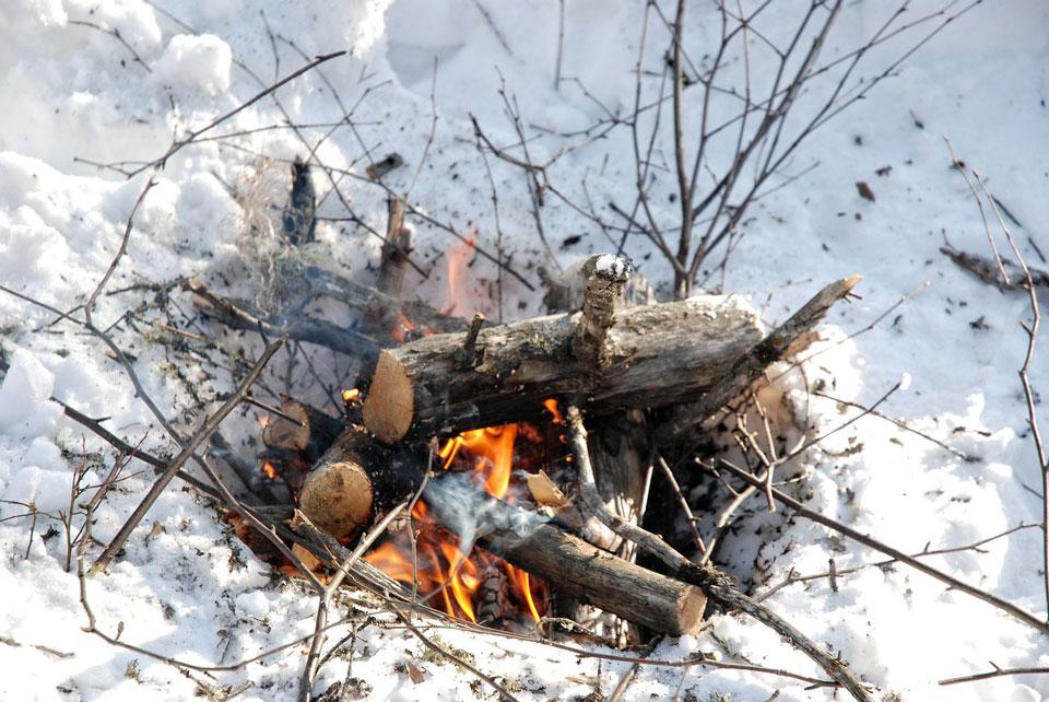 Lagerfeuer-Romantik beim Winter-Camping.