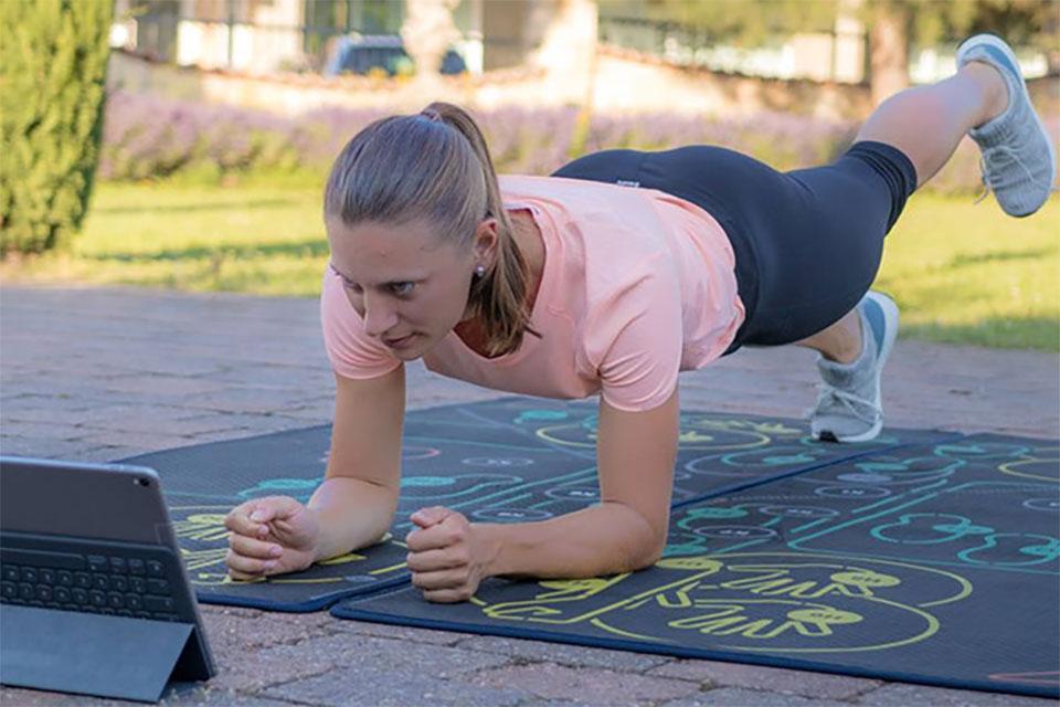 Wer sich bewegt, verbrennt Kalorien. Wer sich viel bewegt, verbrennt viele Kalorien. Das Training von FitterYou® passt perfekt in den Tagesablauf und sorgt in kürzester Zeit für die größtmögliche Wirkung.