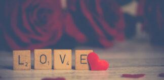 Rosen und scrabble Steine mit dem Wort Love
