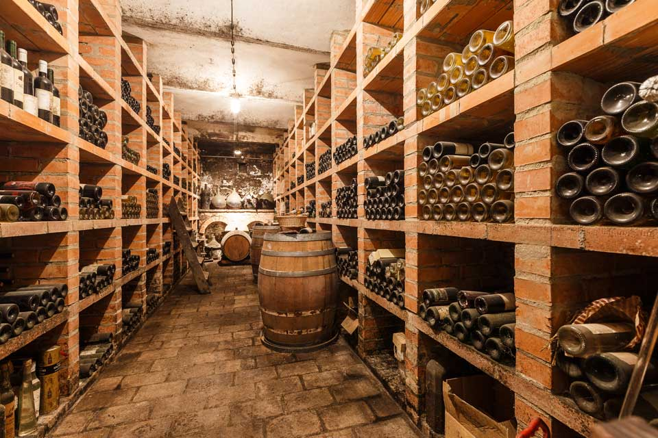 deal ist eine Weinkeller-Temperatur zwischen 10 und 14°C, sie kann jedoch auch höher oder tiefer liegen, sollte aber niemals unter 4° fallen oder über 20°C steigen.