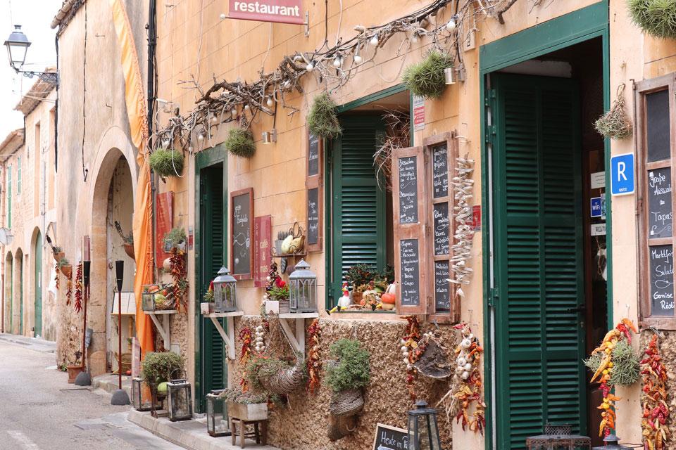 Wie die Oliven und die Mandeln ist auch der Wein eine mediterrane Kulturpflanze und gehört traditionell zur Identität der Insel.