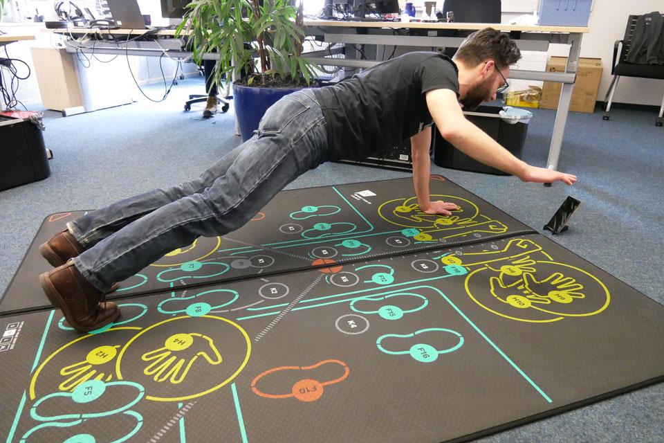 Individuell angepasste Übungen auf der speziellen Fitnessmatte erlauben auch das Zwischendurch-Training im Büro.