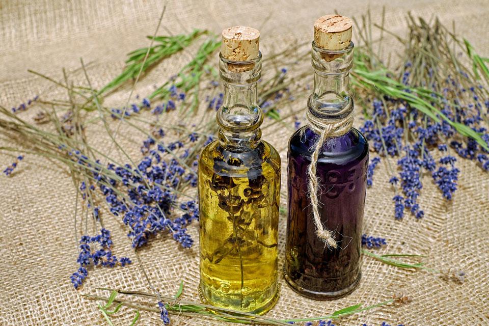 Die ätherischen Öle des Lavendels sind bekannt für ihre beruhigende Wirkung. Lavendel kommt bei Einschlafstörungen und Unruhezuständen, Reizbarkeit, Nervosität, nervöses Herzklopfen und als Stimmungsaufheller zum Einsatz.